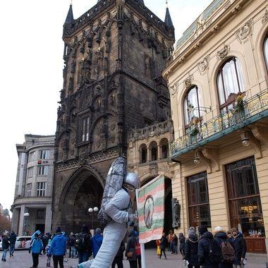 Torre del carbon en Praga, capital de la Rep.Checa. La torre es medieval y la sociedad actual de la era espacial.