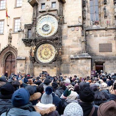 Torre del reloj medieval (Restaurado), en el centro de Praga. Los turistas esperan la hora en punto en la que se abren las ventanas y aparecen las figuras de los Apostoles