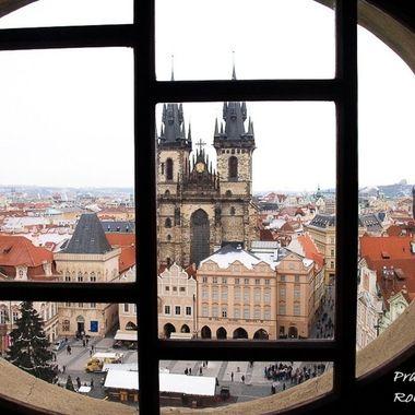 Vista de la plaza principal de Praga. desde una de las ventanas de la Torre del reloj medieval