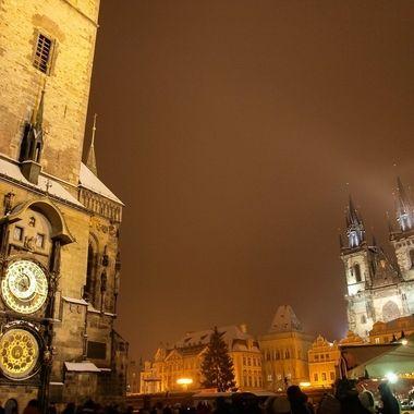 Vista nocturna de la Plaza principal de Praga con la Torre del reloj medieval y catedral.