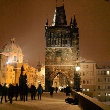 Vista nocturna del Puente principal de Praga sobre el rio Moldava