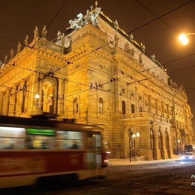 Vista nocturna del Teatro de la Opera de Praga