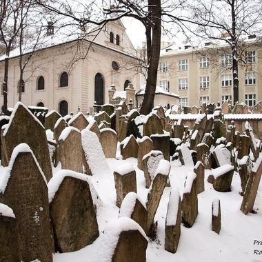Antiguo cementerio medieval, judio, de Praga.Tenian tan limitado el espacio por orden real que tenian que amontonarse las tumbas.