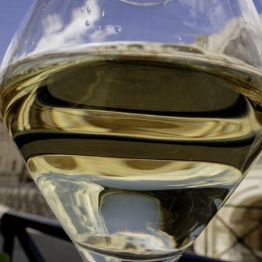 Godersi il vino bianco ad Arles