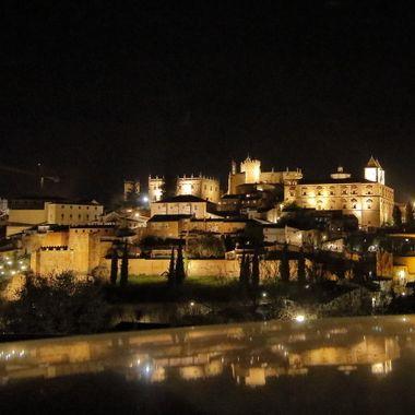 Vista general de la Ciudad de Cáceres (Extremadura-Spain),de la iluminacion nocturna de su parte monumental, desde una colina de enfrente.