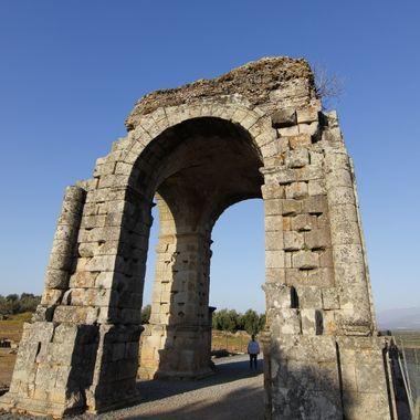 Restos del arco romano de las ruinas de la vieja ciudad romana de Cáparra (Caceres-Spain). Por aqui pasaban dos calzadas romanas (Una de la Via de la Plata).