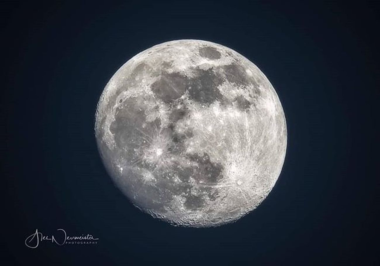 My first, so pure photo of the Moon was photographed 17.2.2019 at 17:35. Sigma 150-600mm S, ISO 50, f/10 at 600mm #sigmalens #moonlight #fullmoon #nasa🚀 #thedarksideofthemoon #arewealone #spacetime #satelite #outerspace #soclose #lifeoutside