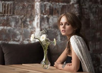 Эта девочка всегда прохладна,но внутри нее огонь и страсть...