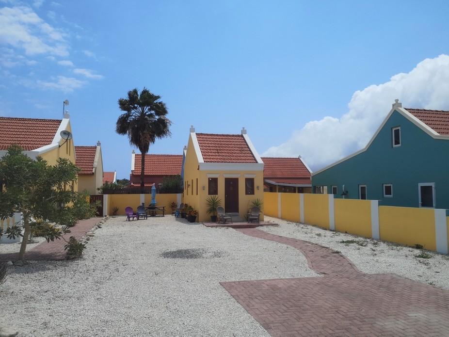 Es gibt in Aruba auch Häuser für eine Person die sich dann auch Eigenheim Besitzer nennen können. Ich finde das eine tolle Idee aus sozialen Gründen..Du kannst dir Geld von der Bank leihen und dir ein eigenes Haus leisten, denn sowas wie Miete gibt es da nicht.
