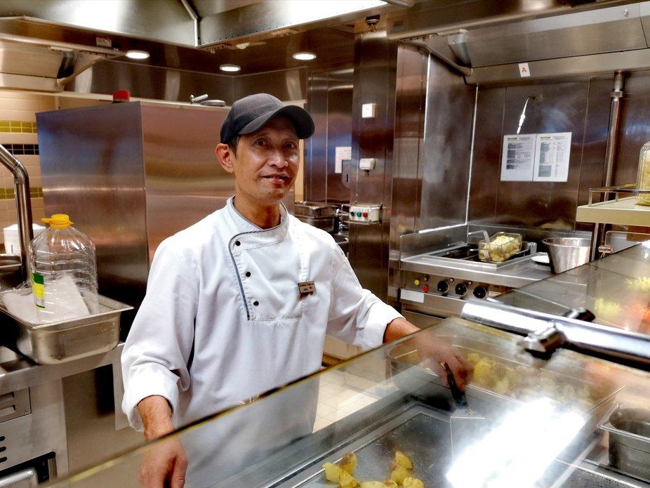 Er bereitet im vordere Bereich der Großküche auf einem Schiff Bratkartoffeln für das Mittagessen vor. Meine Hochachtung für diesen Job den er jeden Tag monatelang macht um seine Familie zu ernähren
