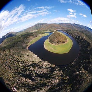 """Meandro (Curva de herradura de un rio) del Rio Alagon, entre las Provincias de Salamanca y Caceres (Spain). Realizada con un Drone, con """"ojo de pez""""."""
