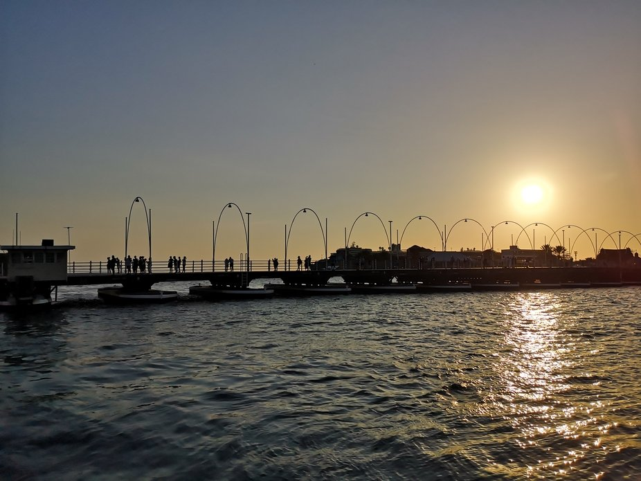 In Willemstad Curacao ist die einzige bewegliche Brücke auf Booten