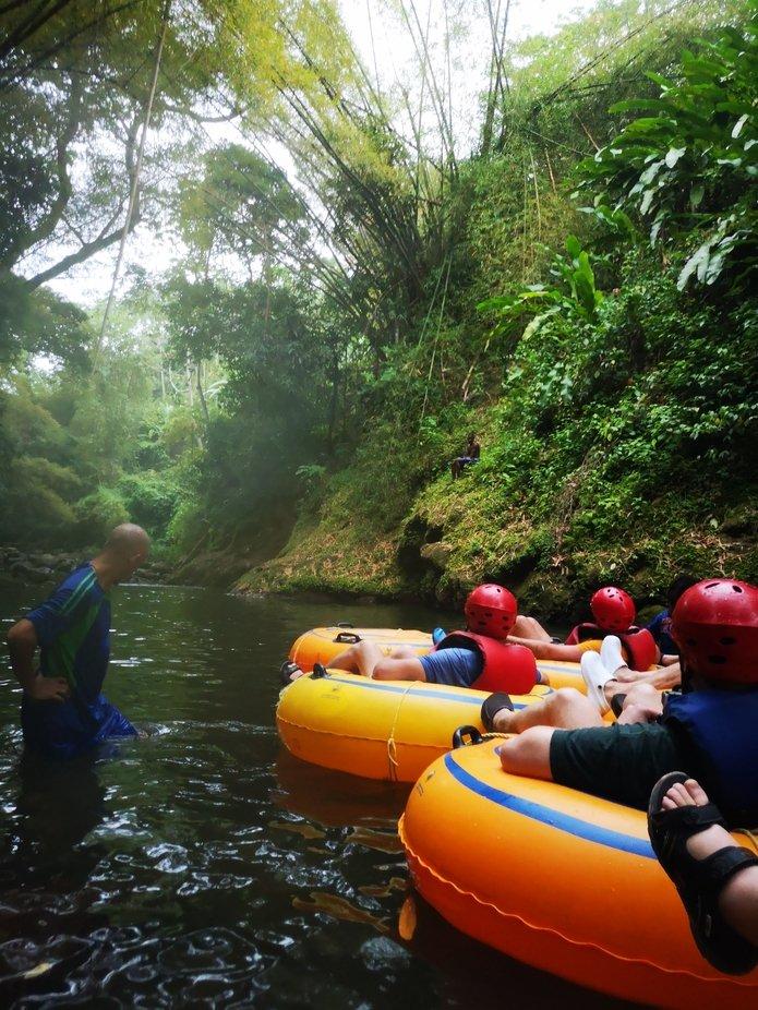 Mit einem Reifen durch den Dschungel die Wasserfälle entlang. Was für ein Spaß und tolle Landschaft. Mit Regen und Nebel
