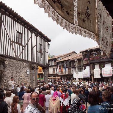 Procesion del Corpus Christi en La Alberca (Salamanca-Spain),mi pueblo, de la Sierra de Francia, de estructura medieval.Este dia se adornan los balcones de las casas por donde pasa la Procesion con paños bordados a mano. Declarado Primer Conjunto Historico Artistico de España.