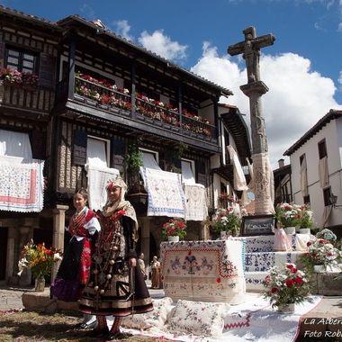 Plaza mayor de La Alberca (Salamanca-Spain),mi pueblo, de la Sierra de Francia, de estructura medieval.El dia del Corpus se adornan con paños bordados a mano y algunas personas se visten con el traje tradicional del siglo XVIII Declarado Primer Conjunto Historico Artistico de España.