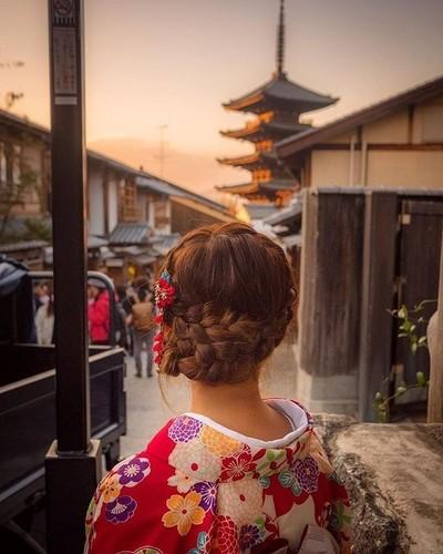 Sunsets in Kyoto . . . #kyoto #japan #japanese #kimono #explorejapan #travelphotography #fujifilm #japan_vacations #kyotojapan #sunset #travelblogger #travelersnotebook #temple #traveltheworld #wanderlust #portraitphotography #portrait-mode#portraitmood #