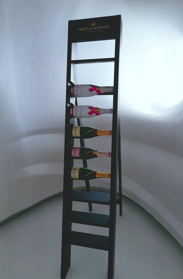 Ein extra Raum auf dem Schiff nur für Champagner. Im Hintergrund ist ein Bullauge