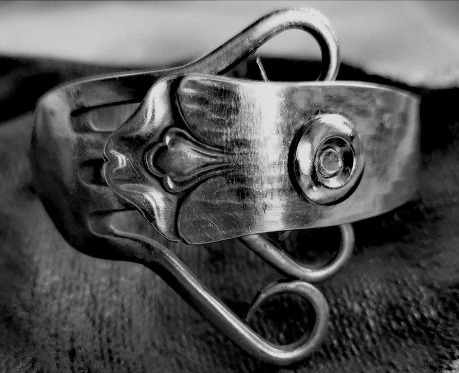 Das ist ein Armreif aus einer Silbergabel gemacht. Jedes Teil ist ein Unikat