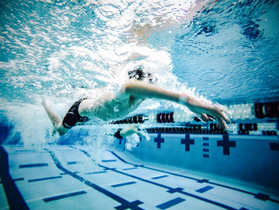 Swimmer underwater during 100m freestyle