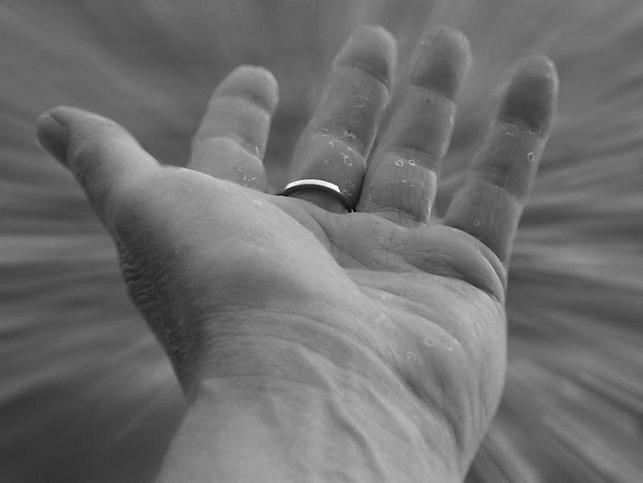 Die Verletzungen an der Hand ist der Ausdruck einer geschundenen Seele.