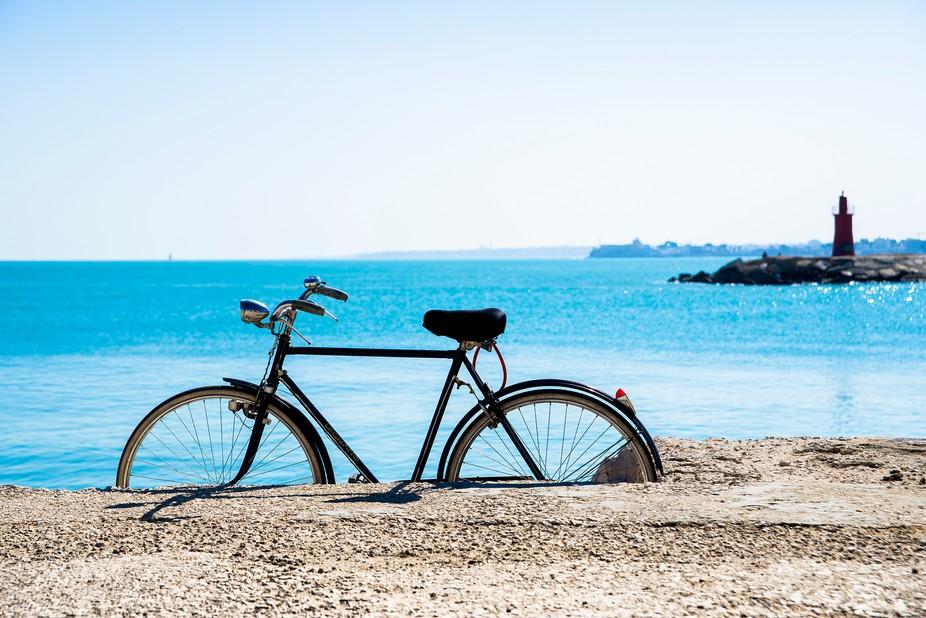 Fotografia realizzata Trani. Sembra che la bicicletta attenda l'arrivo di qualcuno dal m...