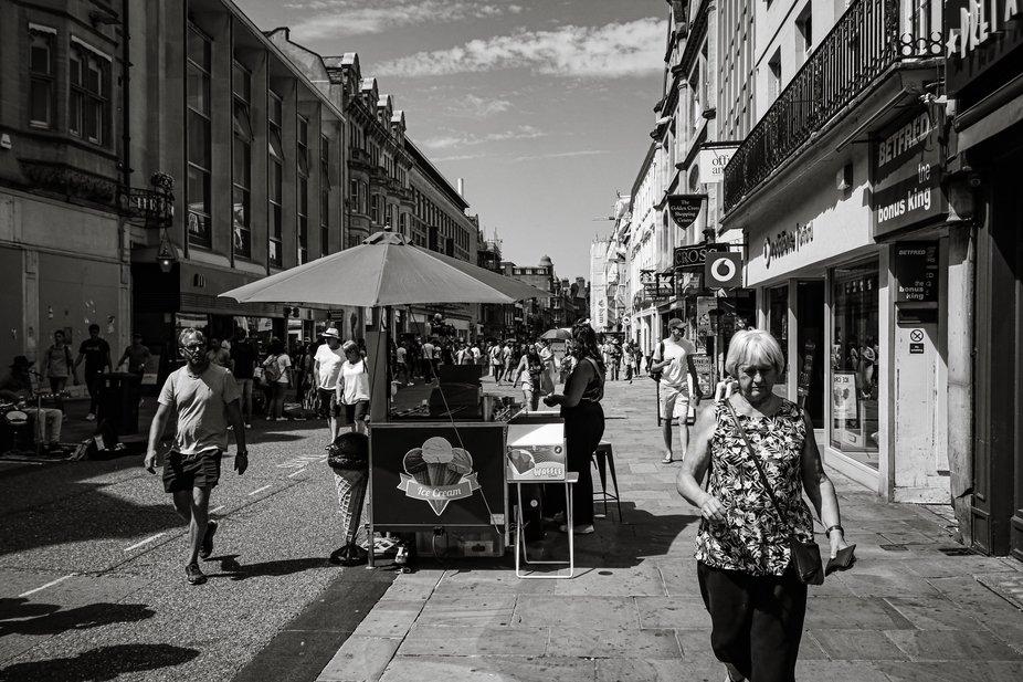 05-07-19 Oxford street scene musician, ice cream vendor and shoppers