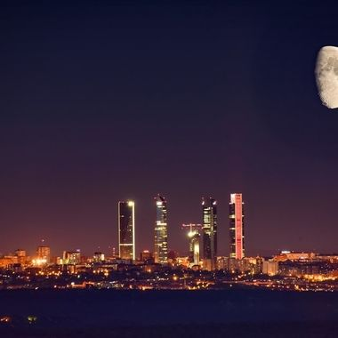 Testigo de las noches de Madrid. Skyline CTBA. Ya asoma con protagonismo la quinta torre llamada Caleido (181m) que se concluirá a finales 2019 y es algo inferior a sus hermanas. Luna creciente al 72%. Doble exposición en cámara. Feliz Verano!! #dobleexposicion #doubleexposure #moon #lunacreciente #madrid #h2ofotografia #h2ofotography #nikon #nikond750 #nikkor200_500 #500mm #madridmemola #madridnocturno #ig_travel #igersspain #igmadrid #madridnight #cuatrotorres #ctba #cincotorres #caleido #mad_noc #madridmonumental #ig_madrid #ig_madrid_city