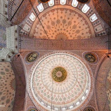 Techo o bobeda de la Gran Mezquita de Estambul (Turquia)), con arcos hasta en la alfombra.
