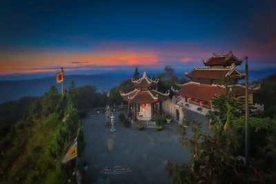 Tempel in Bana hills by sunrise