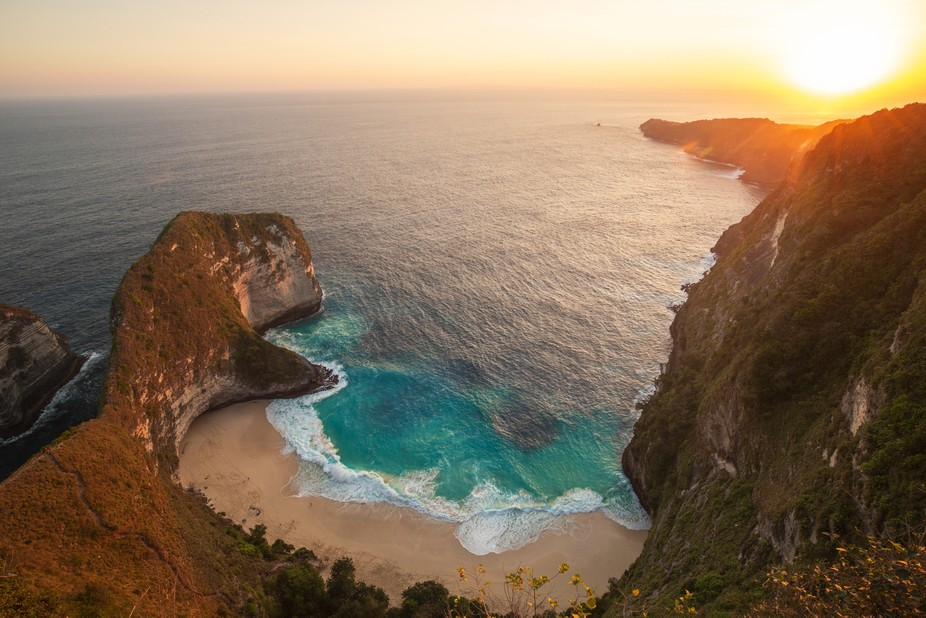 The sunset over Kelingking beach was breathtaking. Being a big fan of sunsets, it was no hesitati...