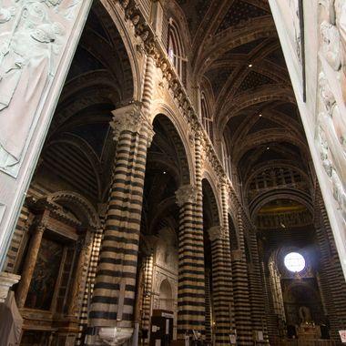 Puertas e Interior del Duomo o Catedral de Siena (Italy)