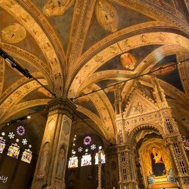 Interior de la Iglesia de La Trinita, en Florencia (Italy)
