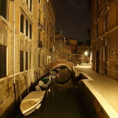 Uno de los multiples canales y puentes de Venecia de noche, sin turistas.