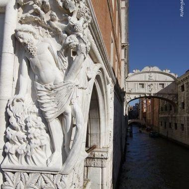 Puente que une la carcel y el palacio de justicia.