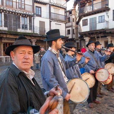 Musicos tradicionales de La Sierra de Francia-Spain. En primer plano, castañuelas,el hombre de negro porta una botella vacia y la frota con viejs llaves y el resto tamborileros con gaita y tamboril