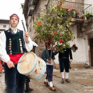 Tamborilero )Persona que toca el tamboril y sopla la flauta o gaita. Ambos instrumentos de la musica tradicional, muy antiguos ,de origen pastoril  y rural. Sierra de Francia-Spain