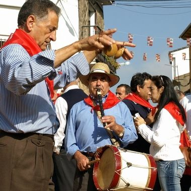Los  musicos populares o tradicionales son, el tamborilero y el otro toca las castañuelas (Instrumento de percusion). El Maillo (Sierra de Francia-Spain).