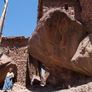 Casas de un poblado del Atlas de Marruecos, construidas o apoyadas sobre grandes cantos rodados.