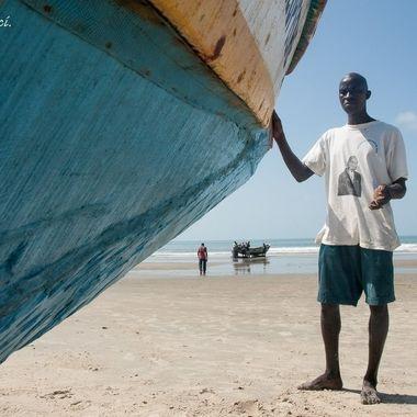 Al finalizar la jornada de pesca han de arrastrar la barca dentro de la playa.