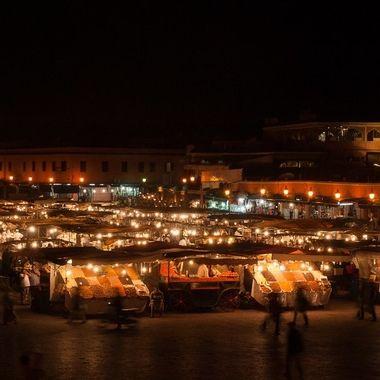 Vista nocturna de la plaza de la Jemaa Fna de Marrakech (Marruecos).