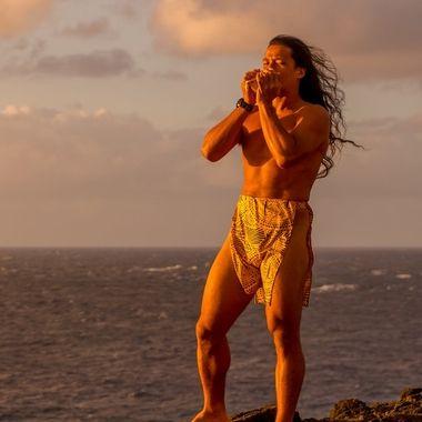 Traditional Hawaiian blowing of the Pu' Horn.