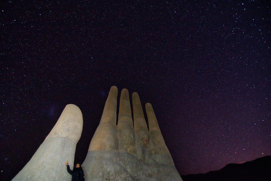 La Mano del desierto es una escultura ubicada a 75 km al sur de la ciudad de Antofagasta, a un costado de la ruta 5 Panamericana. Fue construida por el escultor chileno Mario Irarrázabal, a 1100 m s. n. m.