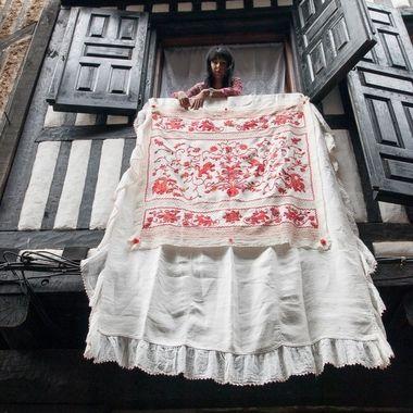 En la fiesta del Corpus en La Alberca (Sierra de Francia-Spain),se adornan las ventanas y balcones con paños bordados a mano.