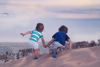 Esos momentos unicos cuando tus hijos se ayudan entre si para lograr una meta