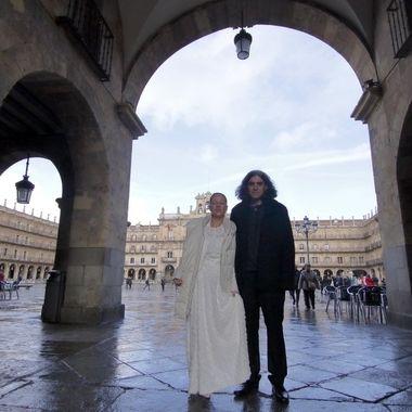 Foto de una pareja de Novios en la Plaza Mayor de Salamanca (Spain)