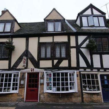 Casa tradicional, medieval, en la calle principal de Winchombe U.K
