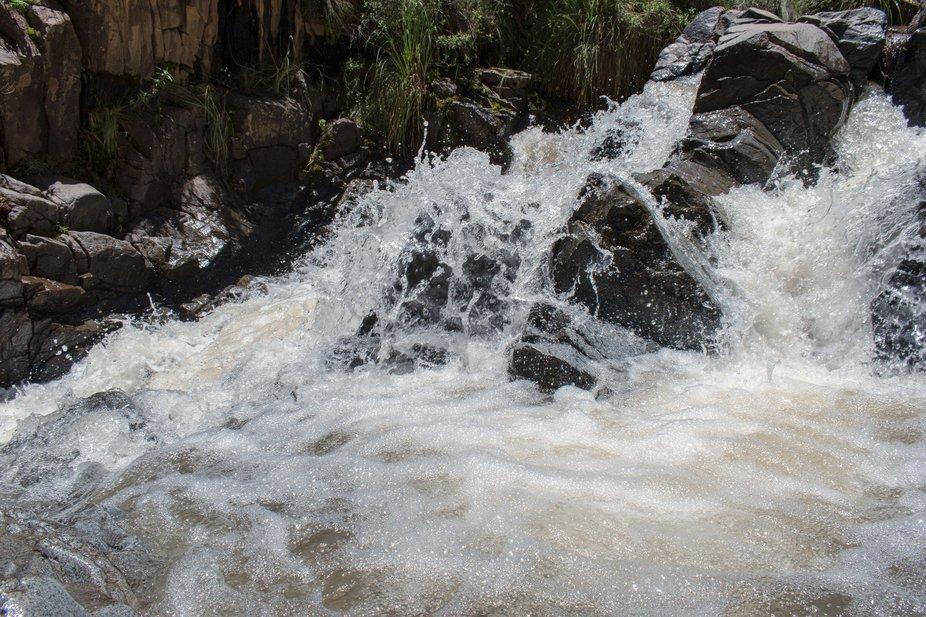 Fotografía capturado en el momento preciso con el aumento del caudal del río desde pues de la l...