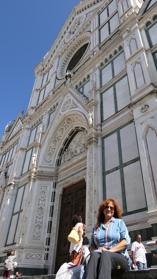Here we are at the entrance of this beautiful Basilica of the Holy Cross in Florence.