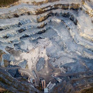 UK: Rock demolition for over 125 years. The beginnings of the Balmholz AG quarry date back to the second half of the 19th century.  GER: Felsabbruch seit über 125 Jahren. Die Anfänge des Steinbruchs Balmholz AG gehen auf die zweite Hälfte des 19. Jahrhunderts zurück.