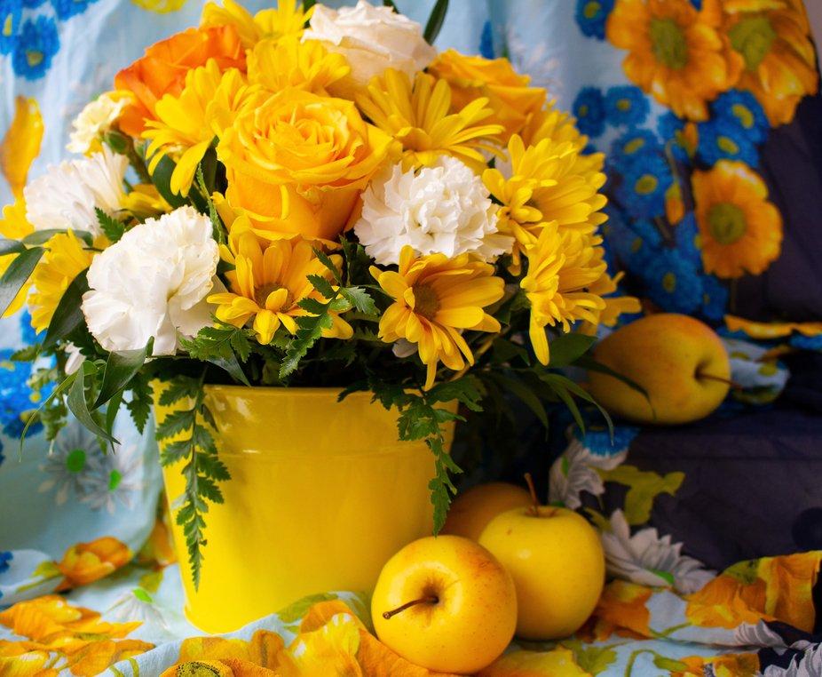 Symphony In Yellow  Oscar Wilde    An omnibus across the bridge  Crawls like a yellow butterfly, ...